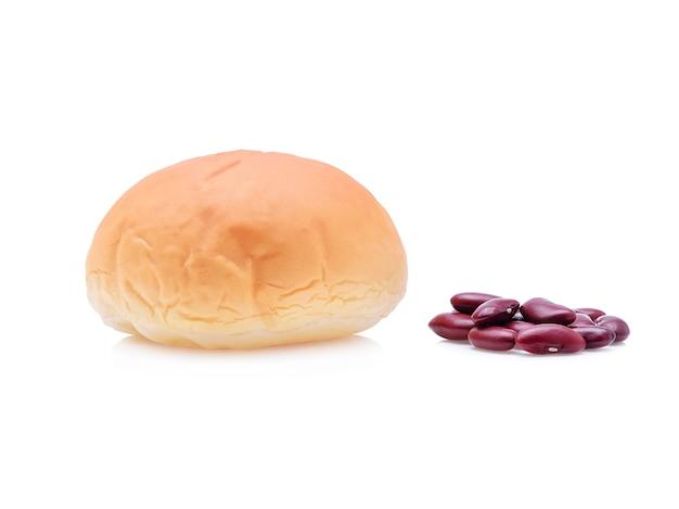 Pain rempli de haricots rouges sur blanc