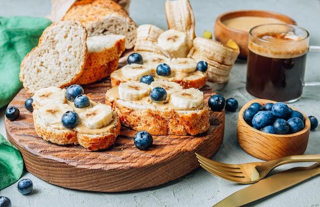 Pain sain au sarrasin avec beurre d'arachide, banane et myrtille