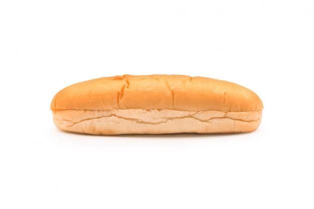 Pain sandwich long pour le petit déjeuner sur fond isolé avec un tracé de détourage.