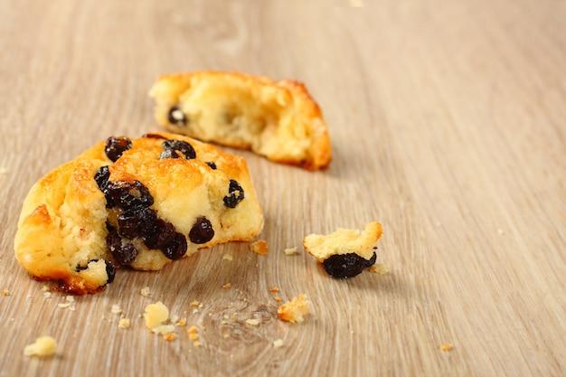 Pain sans gluten douce sans gluten avec des raisins secs sur fond en bois