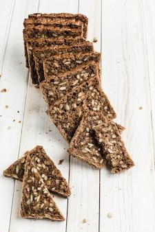 Pain sans gluten avec des graines de noisette et de lin sur une planche de bois