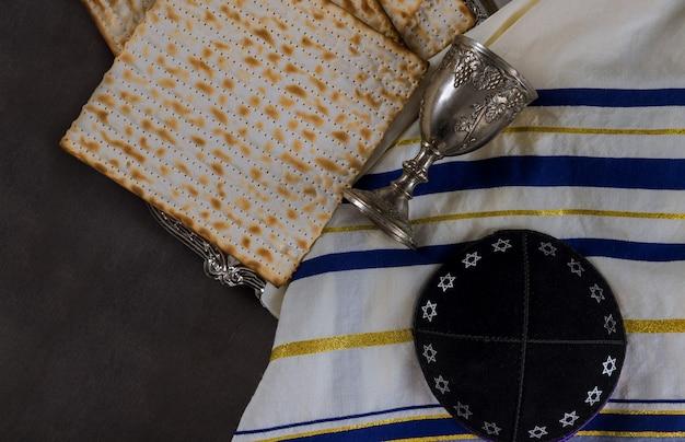 Pain sans levain juif matzoh fête juive de la pâque dans la kippa