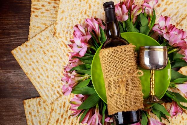 Pain sans levain matzos avec bouteille de vin et coupe kiddouch. fête juive de pessa'h.