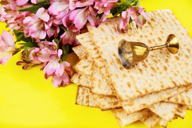 Pain sans levain matzos avec tasse de kiddouch. fête de la pesah juive.