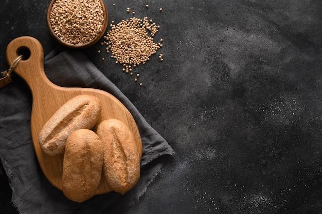 Pain de sarrasin sain sans gluten sur fond noir