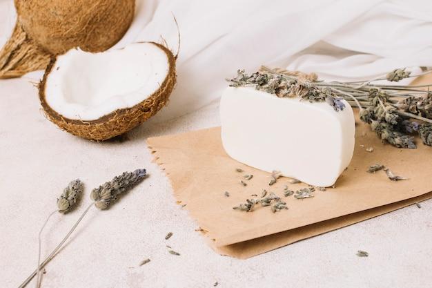 Pain de savon à l'huile de coco biologique avec noix de coco