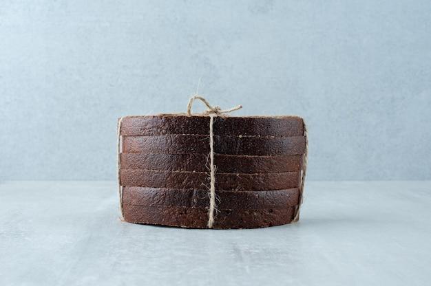 Pain de seigle attaché avec une surface en pierre de corde.