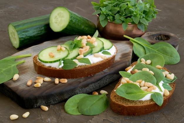 Pain de seigle avec concombre et pignons de pin.
