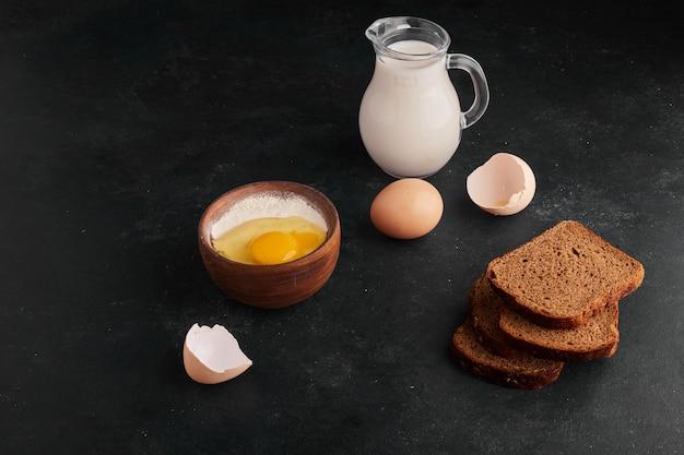 Le pain silces avec des ingrédients autour.