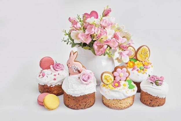 Pain sucré orthodoxe de pâques, gâteau de pâques avec des fleurs et du pain d'épice. concept de petit déjeuner de vacances avec espace copie.