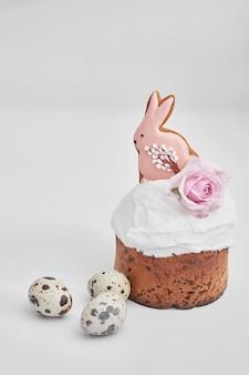Pain sucré de pâques, gâteau de pâques avec fleurs, œufs et pain d'épice. concept de petit déjeuner de vacances avec espace copie. pasques faits maison, bonbons de pâques