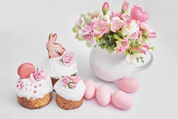 Pain sucré de pâques, gâteau de pâques avec fleurs, œufs et pain d'épice. concept de petit déjeuner de vacances avec espace copie.