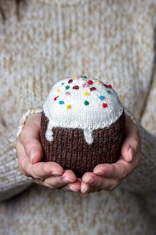 Pain sucré de pâques tricoté à la main en main de fille