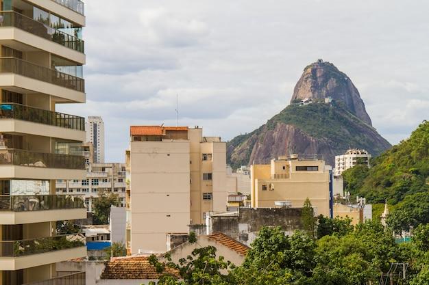 Le pain de sucre vu du haut d'un immeuble dans le botafogo à rio de janeiro