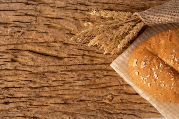Pain sur une table en bois sur un vieux plancher en bois.