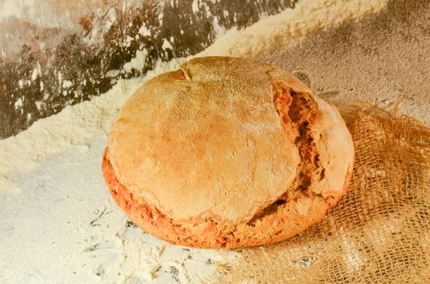Pain sur la table. détail de pain frais traditionnellement cuit au four. pain dans le noir. boulangerie, concept de cuisine.