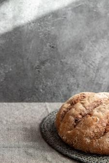 Pain sur tapis en osier sur une surface marbrée grise