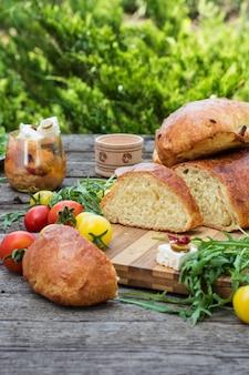 Pain. tomates à la roquette. feta avec olives et tomates séchées. pique-nique, dinne