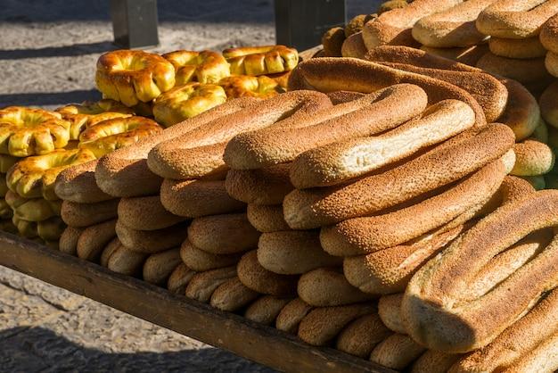 Pain traditionnel à vendre au marché de rue, jérusalem, israël