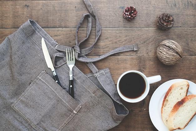 Pain en tranches maison avec du café sur table en bois avec copie