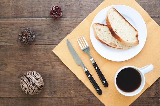 Pain en tranches maison avec du café sur table en bois