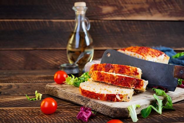 Pain de viande américain avec viande de poulet, citrouille et pois verts. viande de poulet hachée au four