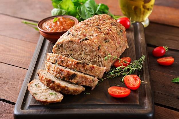 Pain de viande de dinde cuite au four maison sur table en bois