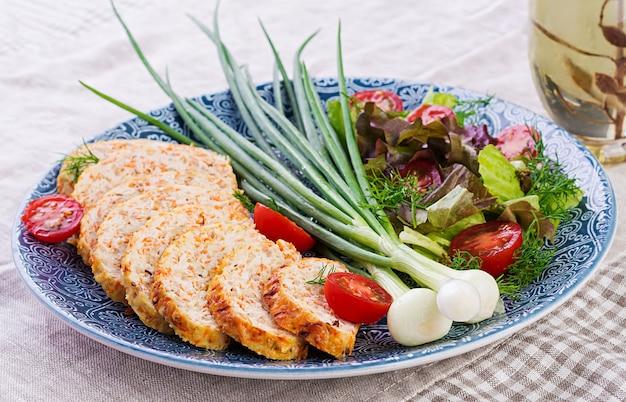 Pain de viande de poulet avec oignons et carottes, pain de viande en bonne santé.