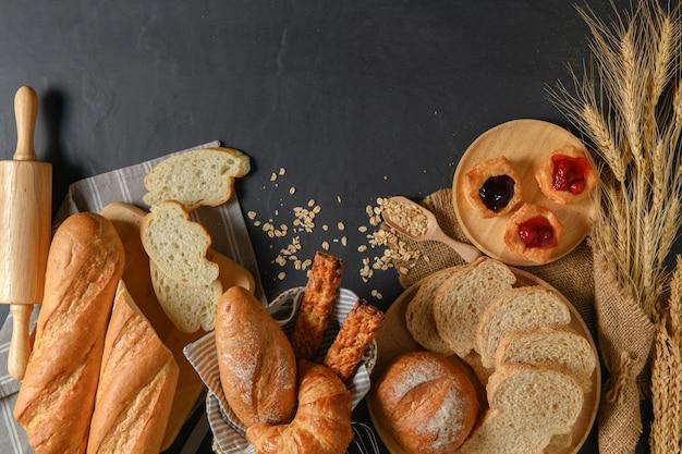 Pains ou brioches faits maison, croissant et boulangerie