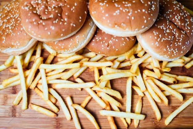 Pains à burger avec des frites