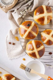Pains chauds traditionnels et ingrédients pour pâques.
