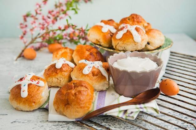 Pains chauds traditionnels de pâques faits maison