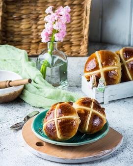 Pains croisés chauds, nourriture de printemps. symbole de pâques. jour de pâques. dessert traditionnel. concept de pâques,