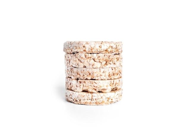 Pains croustillants isolés. galettes de riz isolées