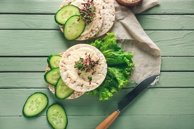 Pains croustillants savoureux avec des légumes sur la table