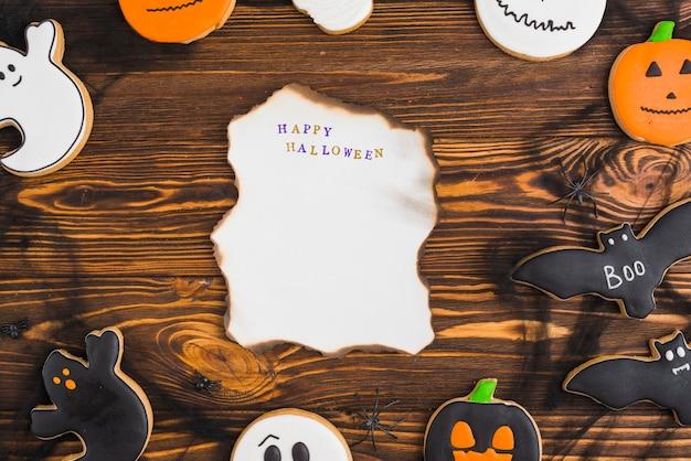 Pains d'épices d'halloween autour de papier brûlant