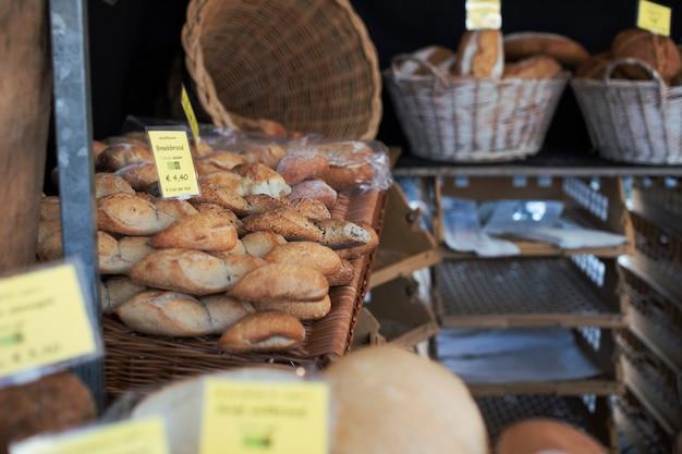 Pains fraîchement cuits dans un panier avec étiquette de prix