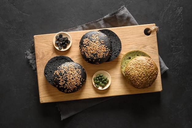 Pains à hamburger vegan à la mode sans gluten avec spiruline et charbon de bois noir