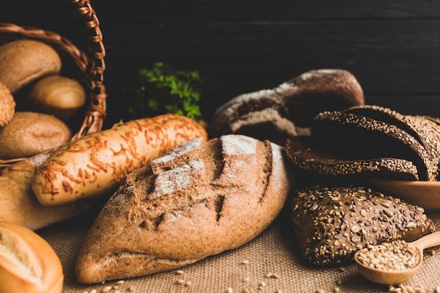 Pains à pain arrangés et grains