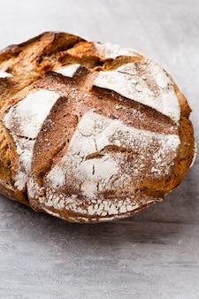 Pains de pain et petits pains croustillants rustiques d'or sur fond de bois. nature morte capturée de dessus vue de dessus, mise à plat.