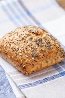 Pains de pain et petits pains croustillants rustiques d'or sur fond de bois. nature morte capturée à partir de la vue de dessus, à plat.