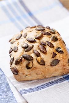 Pains de pain et petits pains croustillants rustiques d'or sur table en bois. nature morte capturée à partir de la vue de dessus, à plat.