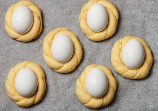 Pains de pâques traditionnels décorés avec des œufs, de la vanille et du zeste de citron