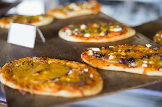 Pains pizza au fromage sur plateau