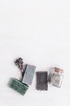 Pains de savon faits à la main avec des ingrédients biologiques naturels, fleurs de lavande séchées, bocaux en verre aux herbes
