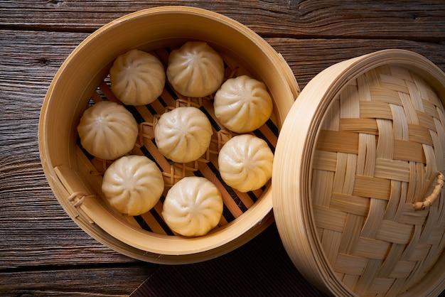 Pains à la vapeur de porc dans le paquebot en bambou
