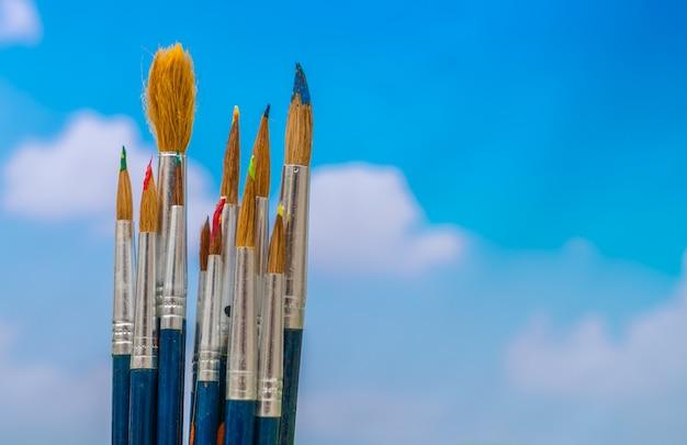 Paintbrush avec le ciel bleu