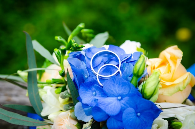 Paire d'alliances sur bouquet de mariée