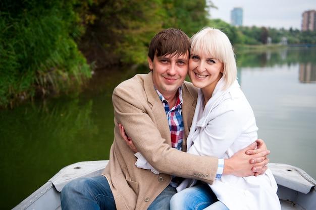 Une paire d'amoureux sur un bateau dans le parc