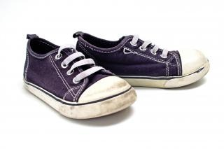 Paire de baskets blanches et bleues